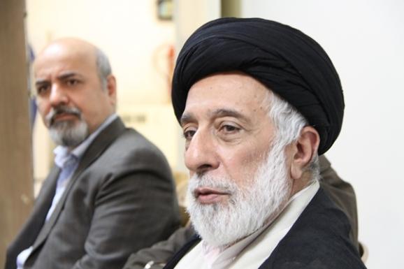 از راست: آیت الله سید هادی خامنه ای، رئیس پژوهشکدۀ تاریخ اسلام و محسن معینی، پژوهشگر