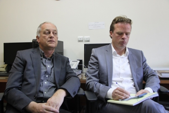 از راست: موریتس فان دن بوخرت و دکتر یود الیخ مدیر شرکت انتشاراتی بریل