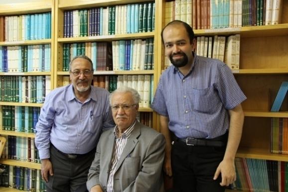 از راست: الوند بهاری، عباس ماهیار، محمود جعفری دهقی، عضو هیئت علمی دانشگاه تهران