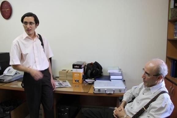 از راست، نشسته: علی اشرف صادقی - ایستاده: احسان شواربی