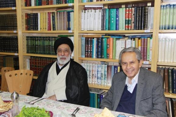 از راست: عبدالحسن بصیره، عضو هیئت علمی گروه فیزیک دانشگاه کردستان و آیت الله سید هادی خامنه ای، مدیر مؤسسه پژوهشکده تاریخ اسلام