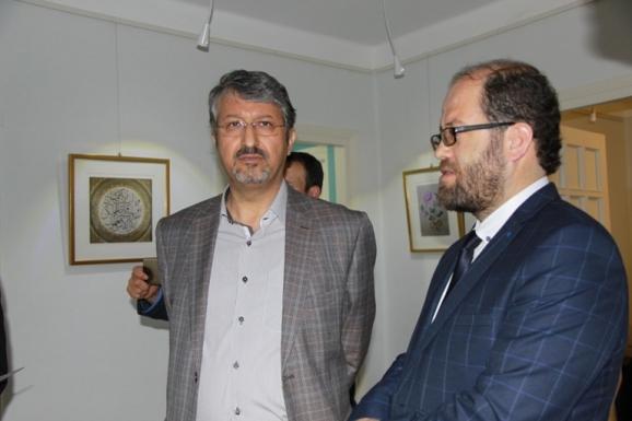 از راست: تورقای شفق، مدیر مرکز یونس امره و اکبر ایرانی، مدیرعامل مؤسسۀ پژوهشی میراث مکتوب