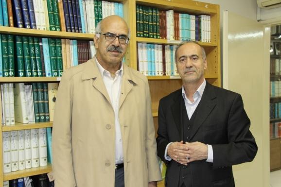 از راست: محمدحسین ساکت عضو هیئت مدیرۀ مرکز پژوهشی میراث مکتوب و سید علی آل داوود ، پژوهشگر