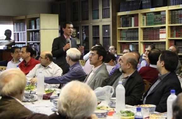 ایستاده: دکتر ستار سلام- استاد زبان و ادبیات فارسی دانشگاه پکن