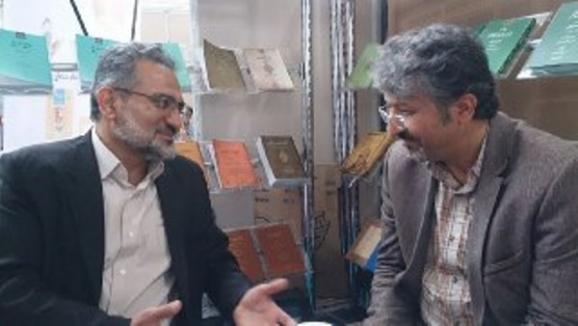 از راست: اکبر ایرانی، مدیرعامل مرکز پژوهشی میراث مکتوب و سید محمد حسینی، وزیر سابق فرهنگ و ارشاد اسلامی