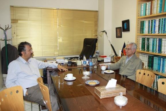 از راست:  ابوالقاسم امامی و اکبر ایرانی، مدیرعامل مرکز پژوهشی میراث مکتوب